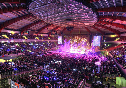 "For many artists, the Dortmund Westfalenhallen is ""the best place in the world for celebrating music"". Top acts such as AC/DC, the Tote Hosen, Paul McCartney, Prince, Bob Marley, U2, Pink Floyd, or ""Die Ärzte"" perform in this Dortmund event center. The legendary arena can hold up to 15,380 guests, which with the Mayday and Syndicate festivals has developed into one of the most important techno strongholds in Germany."